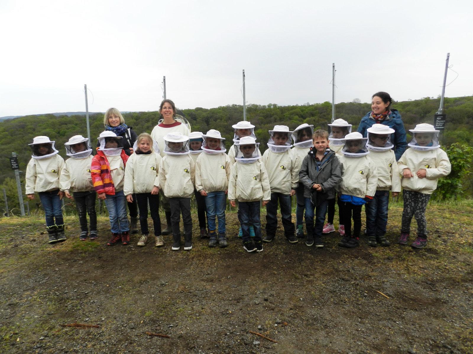 Die Kinder des 1. und 2. Schuljahres der GS Brey zu Besuch bei den Bienen